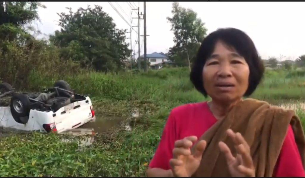 ป้าฮีโร่ ! ลุยน้ำทุบกระจก ช่วยคนติดในรถรอดตายหวุดหวิด
